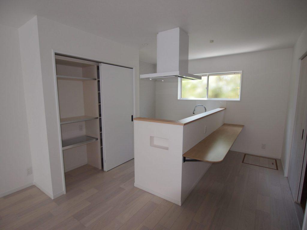 センターフード、横並びキッチン、収納パントリー